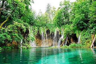 Водопад в парке Плитвицкие озера. Хорватия. (Код избражения: 01006)