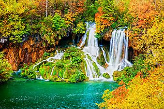 Водопад в осеннем лесу. (Код изображения: 01012)