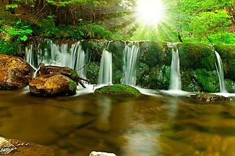 Небольшой водопад летним днем. (Код изображения: 01013)