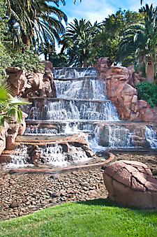 Декоративный водопад в Лас Вегасе. (Код изображения: 01023)