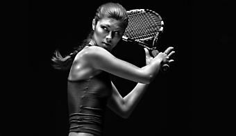 Теннисиста готовится отбить мяч. (Код изображения: 20028)