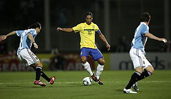 Фотообои Матч Бразилия против Аргентины, Роналдиньо обводит. (Код изображения: 20030)