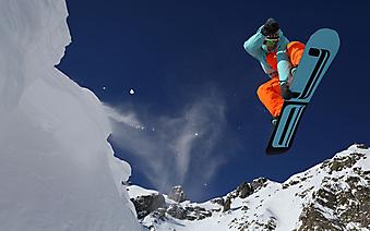 Сноубордист делает трюк. (Код изображения: 20033)