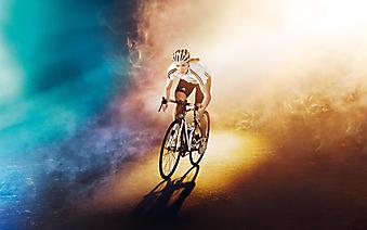 Велосипедистка окутанная туманом. (Код изображения: 20035)