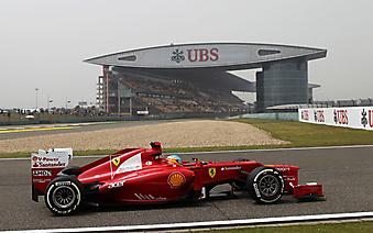 Болид команды Ferrari на фоне трибун с болельщиками. (Код изображения: 20044)