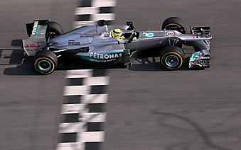 Болид F1 пересекает финишную черту. (Код изображения: 20046)