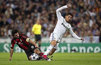 Игрок Милана Дженнаро Гаттузо делает подкат Рональдо. (Код изображения: 20049)