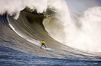Серфинг на гигантских волнах. (Код изображения: 20052)