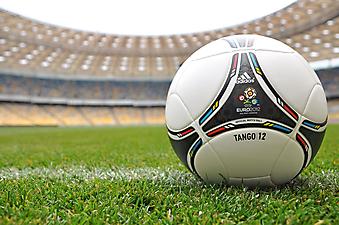 Мяч с символикой Euro 2012 на газоне  Олимпийского стадиона. (Код изображения: 20053)