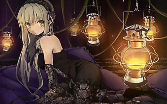 Девочка в черном платье в окружении масляных ламп . (Код изображения: 23042)