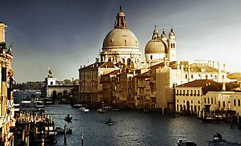 Озаренный светом собор Санта-Мария делла Салюте, Венеция. (Код изображения: 02127)