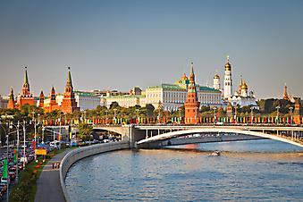 Кремлевская набережная в Москве. (Код изображения: 02221)