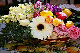 Яркий букет из розы, гвоздики, герберы и тюльпанов. (Код изображения: 09208)