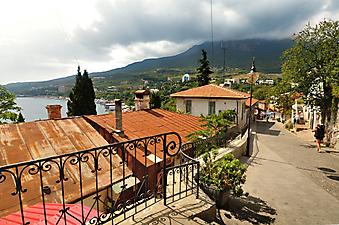 Улочка в маленьком городе. (Код изображения: 14005)