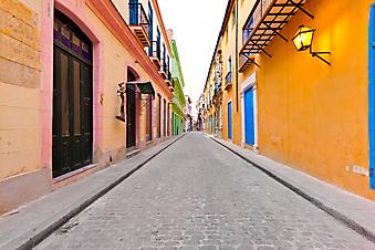 Улочка в старой Гаване. (Код изображения: 14011)