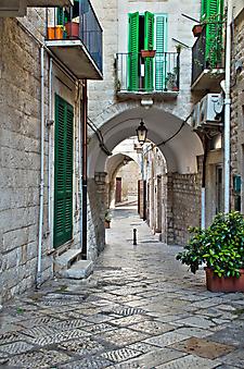 Переулок, Джовинаццо, Апулия. (Код изображения: 14030)