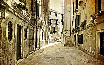 Монохромное изображение улочки старого города (Код изображения: 14055)
