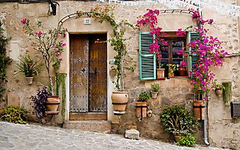 Стена старого дома с цветами, Майорка (Код изображения: 14058)