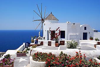 Ветряная мельница на улице острова Санторини. (Код изображения: 14063)
