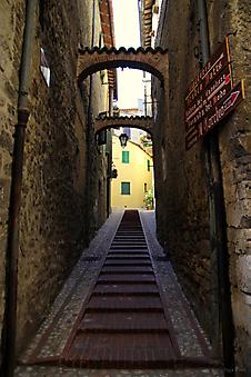 Улочка в городке Сан Джемени, Италия (Код изображения: 14035)