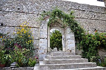 Дверь в дворик с красивым садом (Код изображения: 14034)