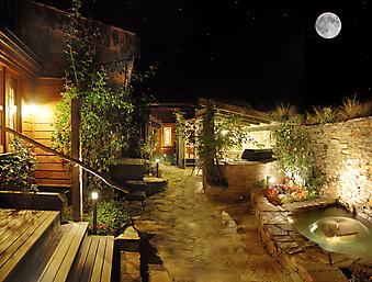 Ночной дворик в пригороде на фоне звезд (Код изображения: 14037)