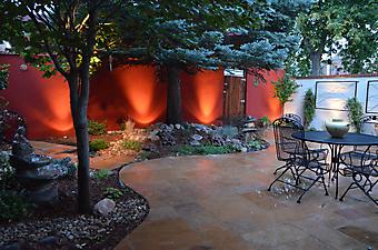 Уютный дворик с голубой елью (Код изображения: 14039)