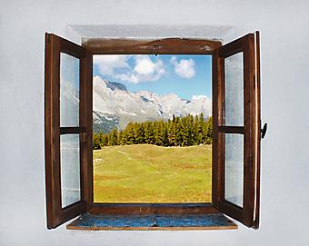 Окно с видом на горы. (Код изображения: 15020)