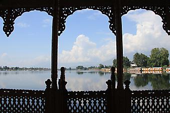 Вид на озеро с изящной веранды. (Код изображения: 15033)