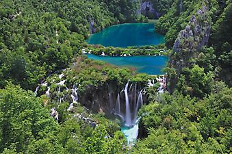 Водопад в чаще леса. (Код изображения: 18008)