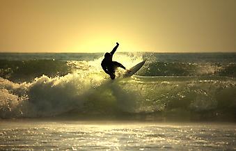 Серфинг на закате. (Код изображения: 04001)