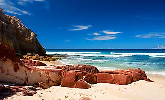 Красные скалы на пляже. (Код изображения: 05002)