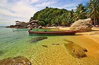 Лодка на якоре у берега. (Код изображения: 05016)