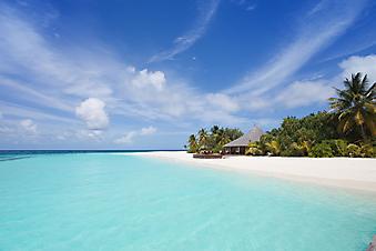 Белый песочек и голубая вода. (Код изображения: 05018)