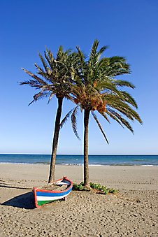 Лодка на песчаном пляже. (Код изображения: 05082)