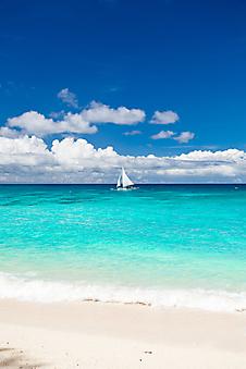 Пляж с видом на рыбацкую лодку. Филиппины. (Каталог номер: 05094)