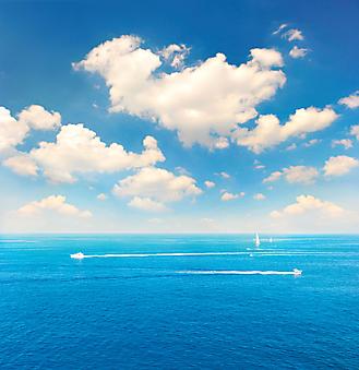 Белые лодки на фоне облаков. (Код изображения: 05101)