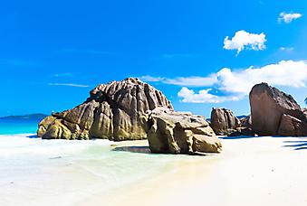 Океанский пляж с гигантскими камнями. (Код изображения: 05108)