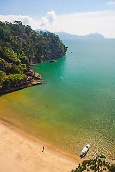 Лодка на пляже острова Борнео (Каталог номер: 05168)