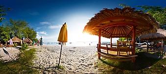 Панорамный вид на залитый солнцем пляж (Каталог номер: 05169)