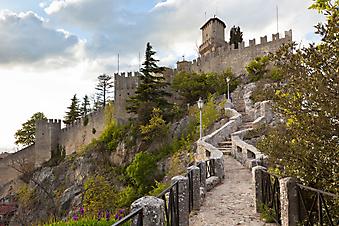 Замок в Сан-Марино. (Код изображения: 08008)